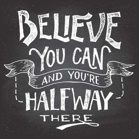 tipos de letras: Crea que usted puede y usted es intermedio all�. letras de motivaci�n dibujado a mano en el fondo de la pizarra con tiza Vectores