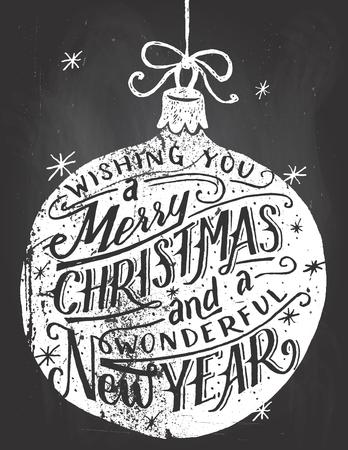frohes neues jahr: Wir w�nschen Ihnen ein frohes Weihnachtsfest und ein wunderbares neues Jahr. Hand beschrifteten Zitat in einer Weihnachtskugel auf Tafel Hintergrund mit Kreide
