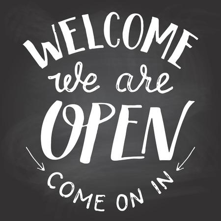Willkommen sind wir offen. Ein willkommenes Zeichen für Cafes oder Shop-Besucher auf Tafel Hintergrund mit Kreide. Hand Schriftzug