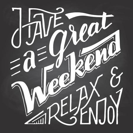 fin de semana: Tiene un gran fin de relajarse y disfrutar. letras de la mano y la caligrafía cita inspirada aislados en fondo de la pizarra con tiza Vectores