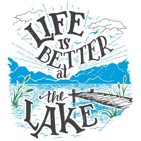 jezior: Życie jest lepsze w jeziorze. Dom nad jeziorem wystrój znak w stylu vintage. Jezioro znak dla rustykalny wystrój ścian. Lakeside kabina mieszkalna, domek ręcznie liternictwo cytat. Ilustracja rocznika typografii Ilustracja