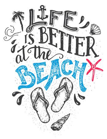 Życie jest lepsze na plaży. Ręcznie napisana karta cytatowa z obuwiem typu flip-flops. Wyrzucać na brzeg znaka domowego wystroju odosobnienie na białym tle