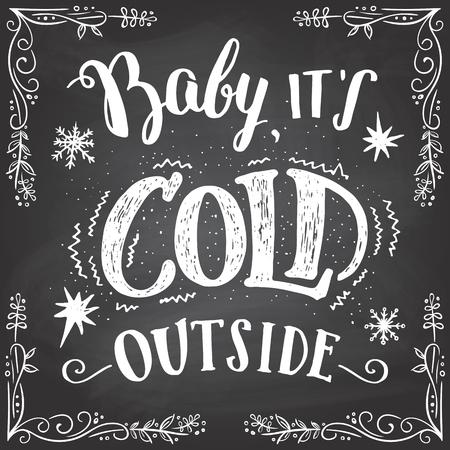 frio: Bebe esta frio afuera. Navidad tipografía romántica. signo pizarra-letras de la mano. Tarjetas de las letras y el marco dibujado a mano en el fondo pizarra con tiza Vectores