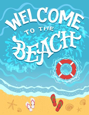 Welkom op het strand. Bovenaanzicht van de zee met flip-flops en reddingsboei. Hand getrokken typografieillustratie op vlakke grafische achtergrond Stock Illustratie
