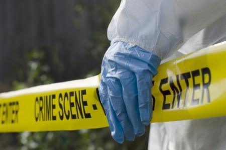escena del crimen: Investigador forense trabaja en la escena del crimen