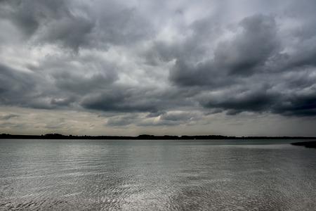 曇りの朝に反射率の高い水