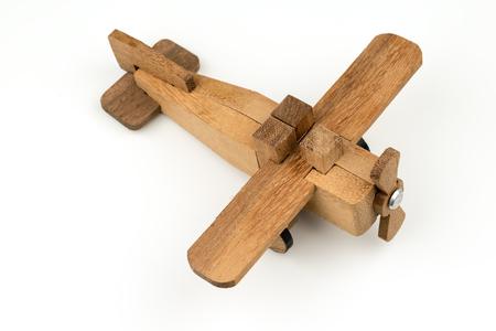 geïsoleerd houten stuk speelgoed vliegtuig, het voorwerp van het reisvluchtvervoer op witte achtergrond. Stockfoto