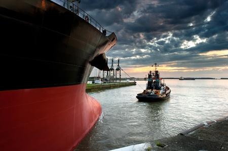 tug: Rimorchiatore tenendo fuori della nave dal porto