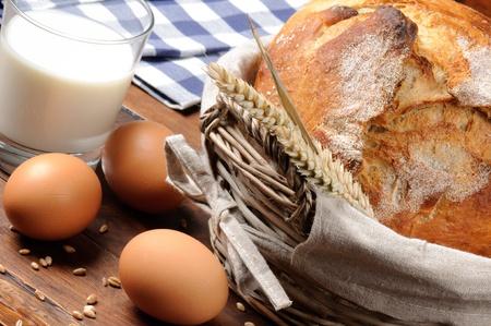 canasta de panes: Conjunto de desayuno tradicional campo