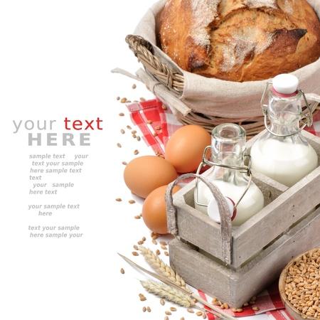 milk milk products: Conjunto de desayuno tradicional campo aislado en blanco con copyspace Foto de archivo