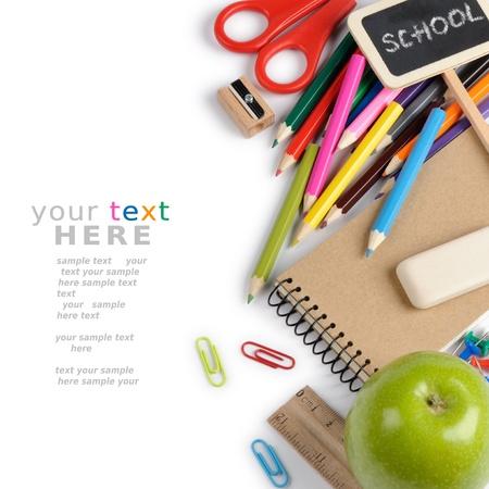 escuela primaria: Artículos de papelería escolar aislado en blanco con copyspace