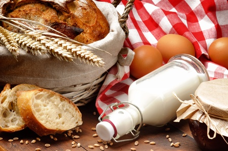 canasta de pan: Conjunto de desayuno tradicional campo