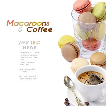 マカロン: カラフルなマカロンとコーヒーのセット 写真素材