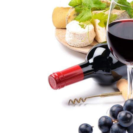 vinos y quesos: Vino tinto con selecci�n de quesos franceses sobre blanco