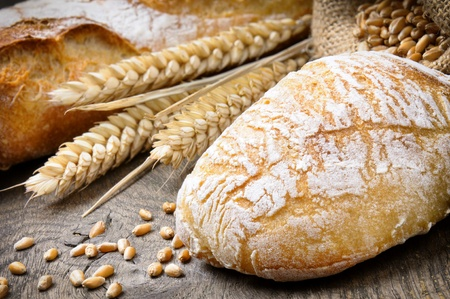 corn stalk: Freshly baked traditional bread on the wooden table