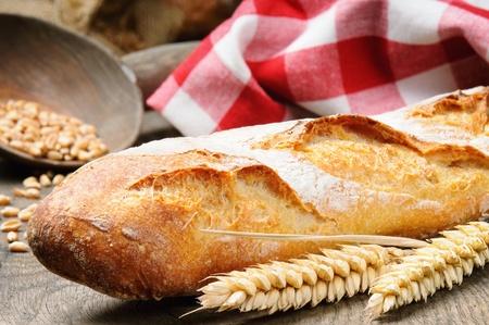 Baguette française sur la table en bois