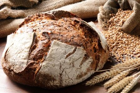 bread loaf: Appena sfornato pane tradizionale su tavola di legno