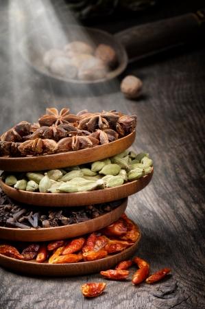 indian spices: Kleurrijke mix van kruiden op oude houten tafel Stockfoto