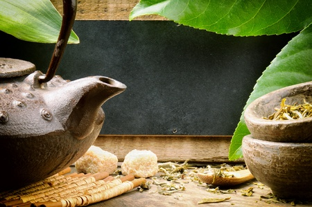 medicina tradicional china: Juego de té de Asia y el tablero de madera rústica con copyspace