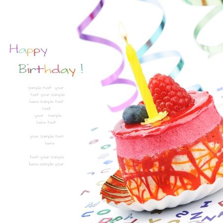 torta compleanno: Torta di compleanno Colorful isolato su bianco Archivio Fotografico