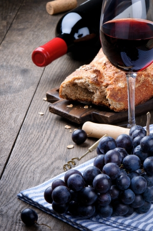 restaurante italiano: El vino tinto y las uvas en la vendimia ajuste
