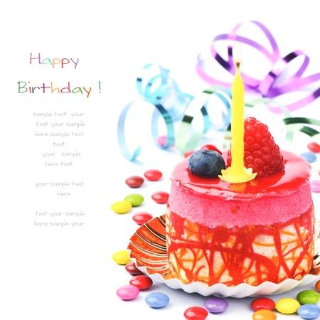 torta con candeline: Torta di compleanno colorato isolato su bianco