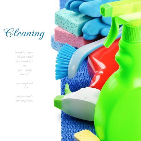 productos de limpieza: Productos de limpieza coloridos aislados en blanco