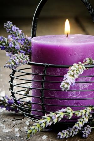 Vela con flores de lavanda. Aromaterapia concepto Foto de archivo - 15862864
