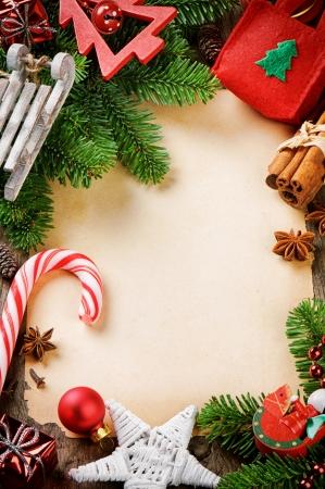 boldog karácsonyt: Frame karácsonyfa ágak és vintage ünnepi díszek fa háttér Stock fotó