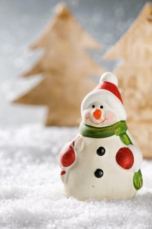 pino: Navidad muñeco de nieve en el bosque de invierno cubierto de nieve