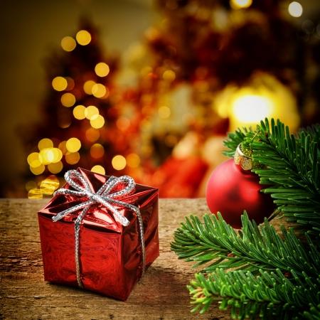 Kerst aanwezig is op feestelijke verlichte achtergrond Stockfoto