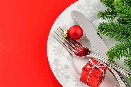 cena navide�a: Navidad concepto de men� en fondo rojo con la rama de abeto