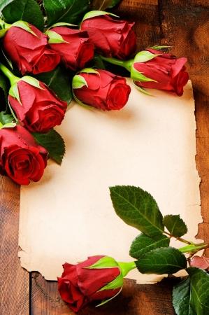 geburtstag rahmen: Romantische Rahmen mit roten Rosen und Vintage-Papier