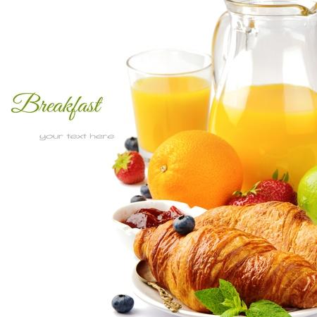 pasteleria francesa: Desayuno con zumo de naranja y croissants frescos aislados en blanco
