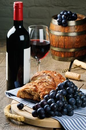 pan y vino: Vino tinto y uvas en el establecimiento de la vendimia Foto de archivo