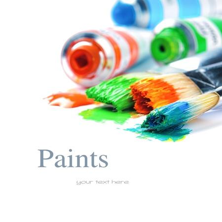 Kleurrijke verf en kunstenaar borstels geïsoleerd over wit Stockfoto