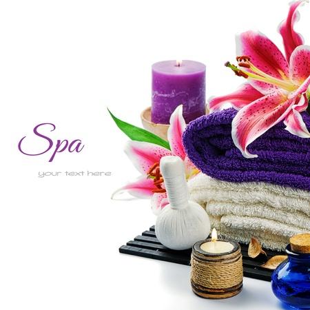 lirio blanco: Spa setting en tono púrpura aislado más de blanco