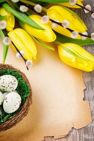 sauce: Pascua marco con los tulipanes y papel de la vendimia en la mesa de madera