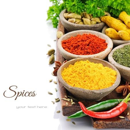 indian spices: Kleurrijke mix van kruiden geà ¯ soleerd over white