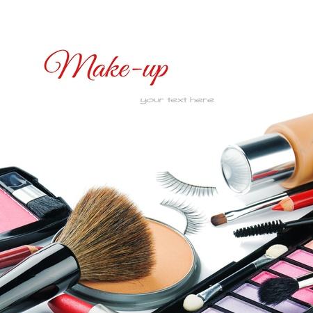 falso: Coloridos productos de maquillaje aisladas sobre blanco Foto de archivo