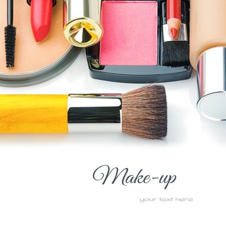 paleta de pintor: Coloridos productos de maquillaje aisladas sobre blanco Foto de archivo