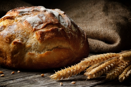 나무 테이블에 갓 구운 전통적인 빵
