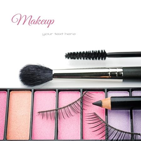 mujer maquillandose: Cosméticos para el maquillaje de ojos aislados en blanco