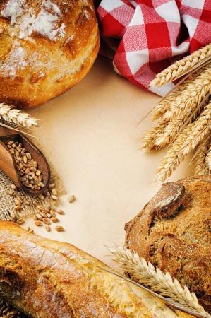 pan frances: Marco de la vendimia con el tradicional pan fresco y baguette francesa Foto de archivo