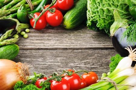 berenjena: Marco del verano con vegetales orgánicos frescos en el fondo de madera