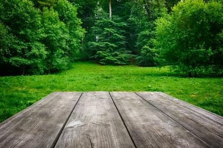 녹색 자연 배경으로 나무 피크닉 테이블