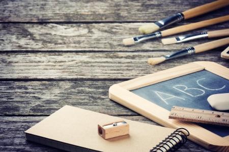 fournitures scolaires: Fournitures scolaires dans ton brun sur le bureau en bois Banque d'images