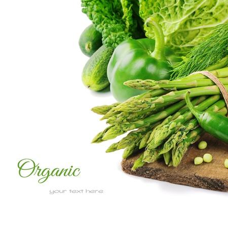 Verse groene groenten op houten snijplank Stockfoto