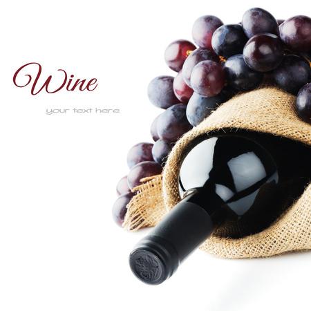 레드 와인 병 및 갓 수확 된 포도 스톡 콘텐츠