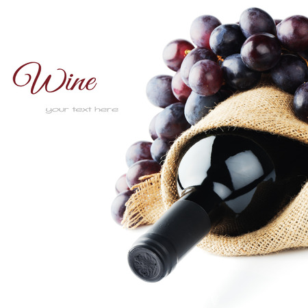 Bottle of red wine and freshly harvested grape Stockfoto